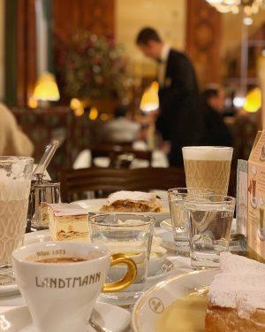 When in Wien 🇦🇹 First stop : Landtmann Cafe ☕️ #wien #austria #weekend #friends #landtmann #apfelstrudel