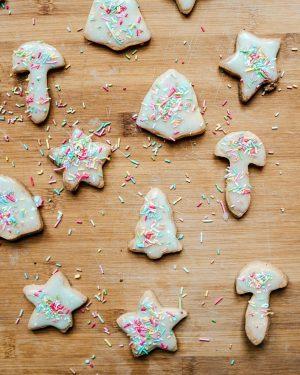 In der Weihnachtsbäckerei... gibt es manche Leckerei... 🌟 . Das Rezept für diese veganen Weihnachtskekse ist jetzt...