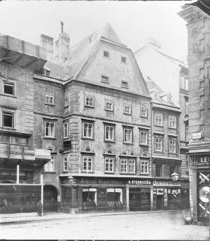 1882 wurde dieses Haus in der Rotenturmstraße durch den Thonethof ersetzt. Dieser wiederum wurde am 8.4.1945 von...