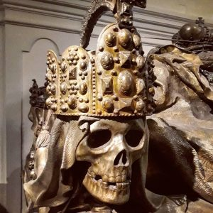 In Vienna on Xmas with skulls and crowns #kaisergruft #skullsandcrowns #christmasmarkets #christmasinvienna