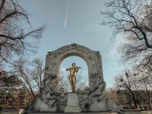 A beautiful park in Vienna//Parque lindo em Viena ✨🖤🇦🇹 . . . . . #travel #travelblogger #travelholic...