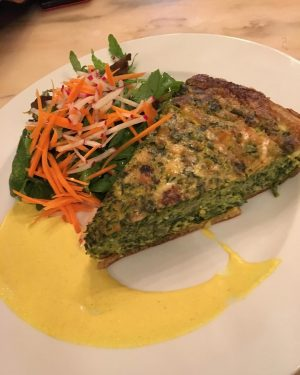 Spinach Quiche 🍽 @cafe_diglas #spinachquiche #spinach #quiche #cafediglas #salad #veggie #vegetarian #vegetarianfood #foodilicious #delicious #savoryfood #soulfood #foodheaven