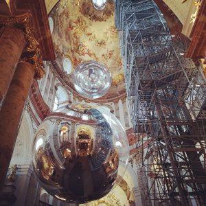 Aerocene von Tomas Saraceno in der Wiener Karlskirche Zwei riesige, mit Luft gefüllte Kugeln schweben in der...