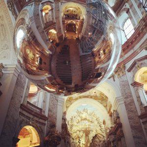 Zeitgenössische Kunst in der barocken Karlskirche Zwei mit Luft gefüllte riesige Kugeln schweben in der Kuppel der...