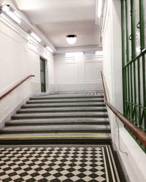 Nochmals ein Treppenaufgang: Frisch renoviert, die Station Gumpendorferstrasse👌👌 . . #geometrieurbane #ubahnstation #ubahnwien #urbangeometry #jugendstil #ottowagner #myvienna...