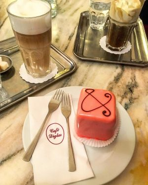 Pink dort byl jasnej 💓 #jenruzovatomuzebyt aneb dalsi videnska kavarna kam musite @cafediglas ☕️ #coffee#latte#coffeelover#punchcake#pink#power#diglas#cafediglas#wien#vienna#holidays#winter#christmasmood#happy