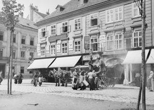 Der Karmeliterplatz ist nach der hier befindlichen Kirche und dem Kloster benannt, welches 1898 nach Döbling übersiedelte....