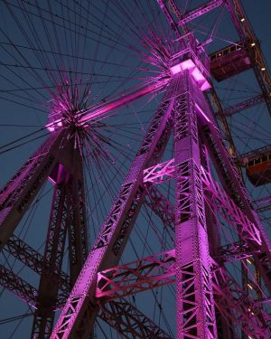 Purple is our favorite color to light up the steel construction of the Wiener Riesenrad 💜🎡 ....