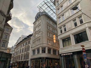 跟晴亂走街頭一個回眸看到這幕好漂亮,傍晚伴一點點夕陽,星期日街上好安靜,一陣馬蹄聲傳來,立刻轉進一個巷子裡,好美😍 #love#vienna#austria#street#streetphotography#view#beautiful#europe#europetravel#sunset#instagood#nofilter#iphonexrphotography#travel#trip