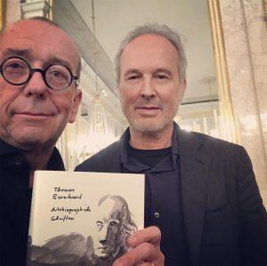 Erwin Wurm Artist Talk in der Albertina. Und er signiert das von ihm illustrierte wunderschöne Buch: Thomas...