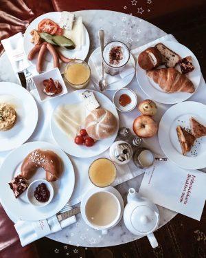 Le meilleur moment de la journée ! 😍 Avec le petit déjeuner de folie du @grandferdinand on...