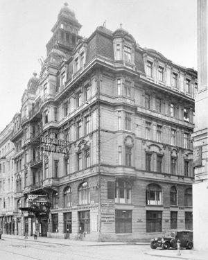 Während sich die wohlhabende Bevölkerungsschicht Theaterbesuche an den großen Häusern leisten konnte, musste sich die anderen mit...
