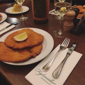Manche Dinge passen einfach wunderbar zusammen, wie zB Schnitzel und ein gutes Glas Wein 🍷 😋 Wir...