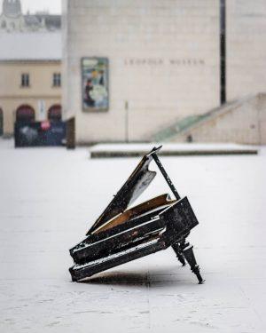 Unvollendetes Klavierstück im Schnee @mqwien . . . . . . . . #winter #schnee #snow #klavier...