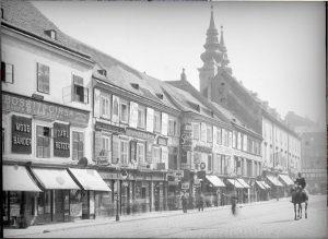 Eine unglaubliche Aufnahme der Mariahilfer Straße, die man wohl nur anhand der Mariahilfer Kirche verorten kann. Ein...