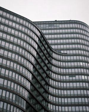ÖBB Headquarters exposing curves. 🏙 . #wienliebe #viennanow #instavienna #wanderaround #archilife #welovecurves #facadelovers ...