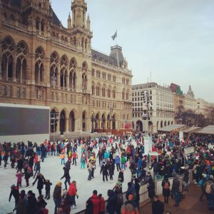 #eistraum #rathausplatz #crowd