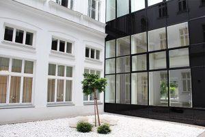 Barrierefreie Wege und eine moderne Glasfassade im Innenhof verbinden Tradition mit Moderne. Nach ...