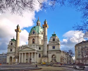 La iglesia de San Carlos Borromeo, enmarcada por ramas, en un bonito día de invierno en Viena....