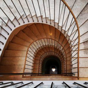 Looking down to see the light. #dastriest #igersaustria @dastriest @igersaustria.at #designhotelsvienna #wien #vienna #austria🇦🇹 #staircasefriday #stiegenhausfreitag #treppenhaus...