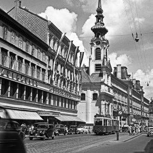 Herzmansky und Stiftskirche 1950 Warenhaus Herzmansky (Mariahilfer Straße 26-30). August Herzmansky eröffnete 1863 eine Gemischtwarenhandlung (Kirchengasse 2),...