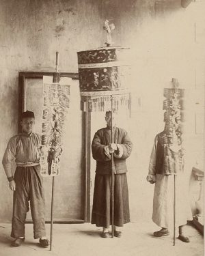 Series for @weltmuseumwien by #kunstfueruns (8/9): This photography from our collections shows a Chinese honorific parasol and...