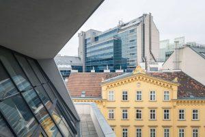 Ausblick vom Hotel Triest mit interessantem Architekturmix.⠀ .⠀ .⠀ .⠀ #dastriest #bistroporto #bar #barwien #viennabar #barlover #design...