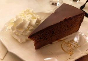 #vienna #austria #austria🇦🇹 #sachertorte #chocolate #chocolatecake #foodporn #instagood #instafood ___________________________