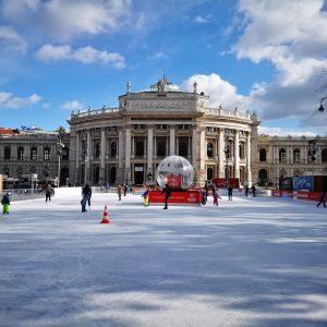 Nach dem Zeugnis, ab auf die Eisfläche! 😃 #wienereistraum #eistraum #semesterferien #zeugnis #eislaufen @burgtheater Wiener Eistraum