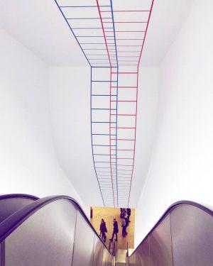 Happy Friday 🎆 Art ❔〰〰 👀 #albertina #escalator #art #contemporaryart #wallart #indoordesign #fridays #feelingood #down #artexhibition #touristy...