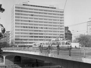 Straßenbahn Typ T2-c3 der Linie O auf der Schwedenbrücke (über den Donaukanal) im Jahr 1962. Bereits im...