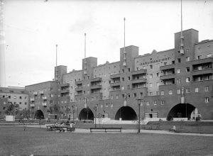 Zusatzinfo zum zuvor erwähnten Schauplatz der Februarkämpfe 1934. Mit einer Länge von 1,1 Kilometern ist der Karl-Marx-Hof...