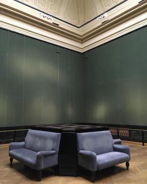 Kunstschatzi-Knutschecke #sansart #emptywalls #artrestoration #blank #nightatthemuseum #whereloversgo #for #hiddenkisses #khmwien #kunstschatzi #event #museumsquartier #wien
