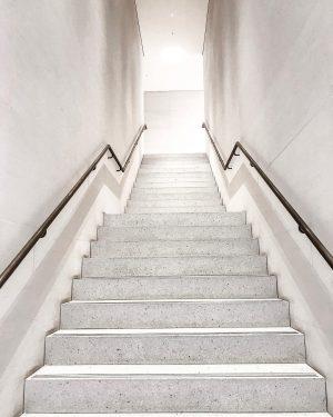 Stairway to the weekend. #igersaustria #igersvienna #vienna #apple #applestore #applestorevienna #style #design #architecture #architecturegram #minimalism #tv_minimal #tv_allwhite...