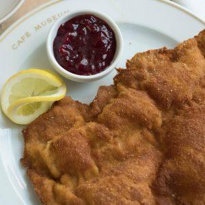 Das Wiener Schnitzel servieren wir vom Kalb, goldbraun und fein paniert! . #cafemuseumwien #wienerkaffee #wienerkaffeehaus #wienerkaffeehauskultur #viennaeats...