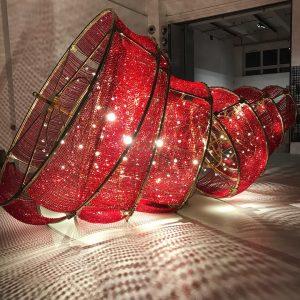 Der rote Revolutions Kronleuchter gefallen am Boden von #aiweiwei im mak, sehenswert! #sagmeisterwalshbeauty