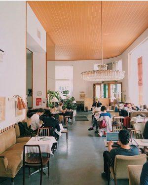 Guten Morgen, Wien! 😍 Schlechtwetter-Samstage sind perfekt , um es sich in den zahlreichen Wiener Cafés gemütlich...