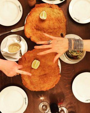 Gluten tag Vienna!!!!!! Happy Schnitzel family 🤣 #glutentag #friends #schnizelasbigasourheadstogether #bliss Figlmüller (official)
