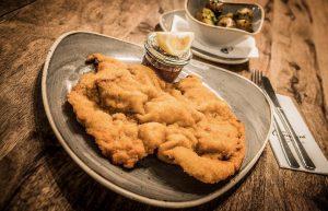 Let's get some Schnitzel! 🤩 #WelcometoVienna #viennarestaurant #foodinvienna #wirtschaftsuniversität #viennagourmet #viennabar #wheninvienna #schnitzel ...