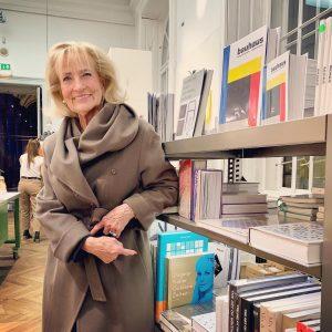 Zwischen Bauhaus und Koloman Moser steht das Abenteuer. #goldenezeiten #kolomanmoser #bauhaus #museumfuerangewandtekunst #makwien #myfavouritebook