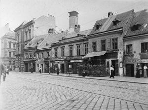 Alt-Wien muss weichen. Die Häuserzeile auf der Josefstädter Straße zwischen Strozzi- und Lerchengasse knapp vor ihrem Abriss....