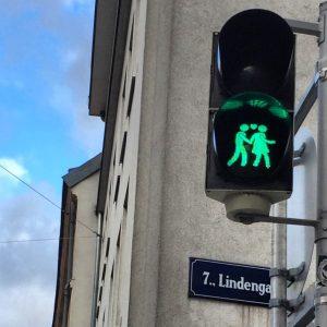 Anche i semafori possono ricordarti che attraversare la vita in due ha tutto un altro sapore. Tuttavia,...