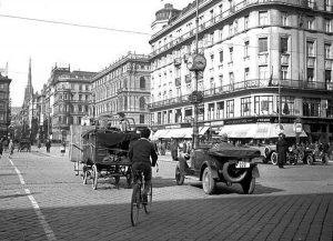 Als man die Innenstadt noch durch die Kärntner Straße durchqueren könnte, war die Opernkreuzung eine der am...