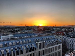 Solnedgang fra rommet mitt i Wien 🌅#vienna #sunset#europeansocietyofradiology#congress#