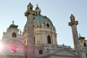 Happy monday everyone 😃 #karlsplatz #karlskirche #viennanow #viennainnout 💒