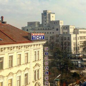 I heart #favoriten #igersvienna #vienna @tichy.saloneis #amalienbad Reumannplatz