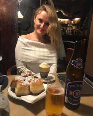 Viyana stili cafelerin kültlerinden Hawelka Nazim Hikmetin de favori cafelerindenmis ☕️🧁 Yummy #buchteln ...