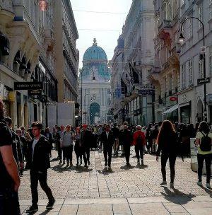 Just another sunny afternoon... . #igersvienna #igersAustria #touristinyourowncity #vienna #kohlmarkt #hofburg #michaelertor #wienliebe #viennamylove #wienamsonntag #spaziergang Kohlmarkt...