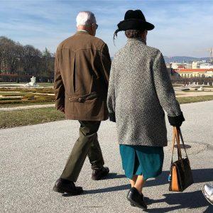 Венские дамы гуляют в Бельведере обязательно с кавалером и в шляпе ) у ...