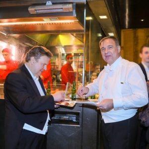 Käsekrainer mit scharfem Senf und an Bugl - damit endete mein erster Opernball als Wiener Bürgermeister. 😄...